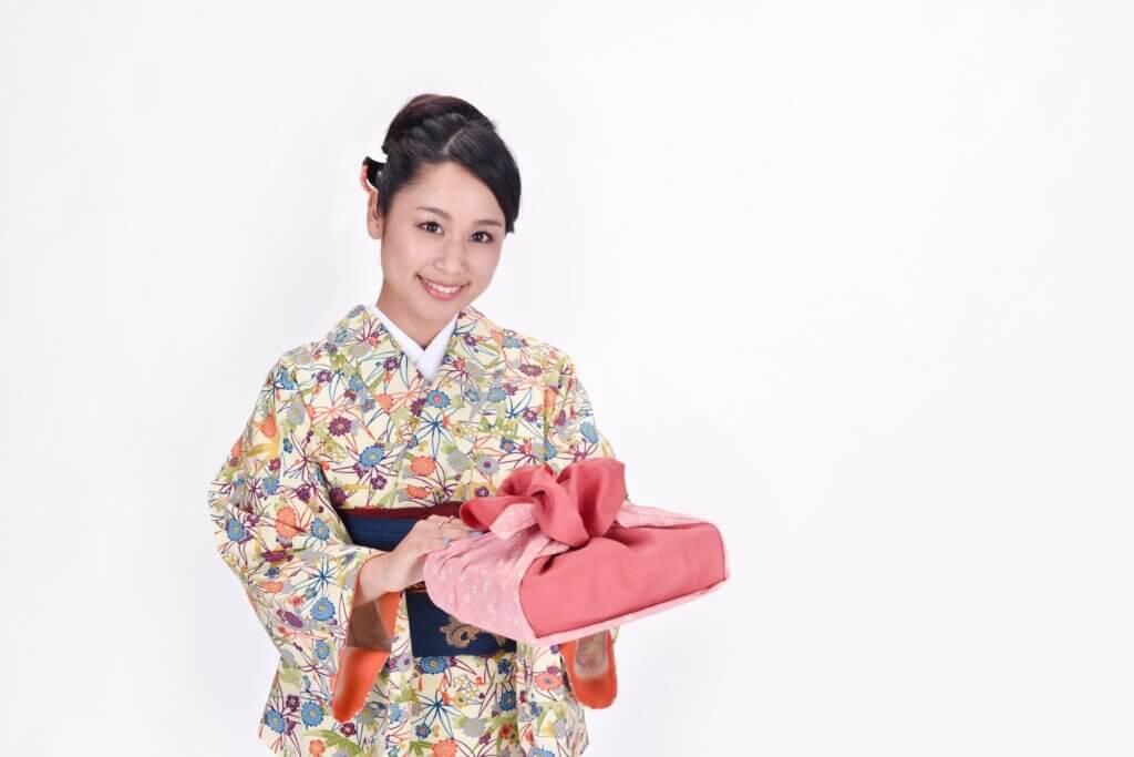 【アンティーク着物】買取相場はいくら?高く売れる特徴&高く売るコツ